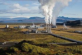 Stoom die opstijgt uit de geothermische centrale van Nesjavellir in IJsland