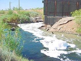 Ruw rioolwater en industrieel afval in de New River bij de overgang van Mexicali naar Calexico, Californië.