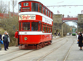 Het museum heeft werkende trams in een straatbeeld in oude stijl. Dit is een dubbeldekker tram uit 1931 in Leeds en staat op het punt om onder de Bowes-Lyon-brug door te rijden.