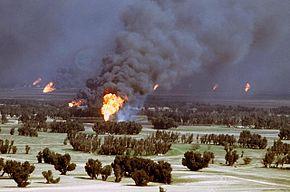 Koeweitse oliebranden in brand gestoken door terugtrekkende Irakese troepen in 1991.