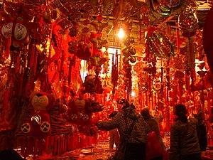 Obchod s dekoráciami na čínsky nový rok v čínskom meste Wuhan ( 2006) .