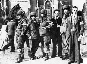 Leden van het Eindhovense verzet met troepen van de Amerikaanse 101e Airborne Divisie in Eindhoven tijdens Operatie Market Garden, september 1944.