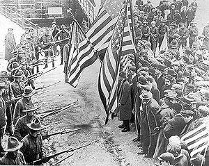 Vakbondsdemonstranten van de Industrial Workers of the World tegengehouden door soldaten, tijdens de Lawrence textielstaking van 1912 in Lawrence, Massachusetts.