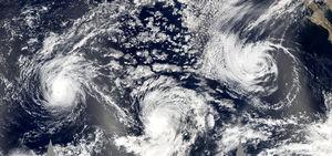 Dit ongewone mozaïek van stormen, genomen op 21 september, toont, van links naar rechts, orkaan Jova, orkaan Kenneth, en Tropical Storm Max. Geheel rechts is ook een toenemende tropische storing te zien die zich later ontwikkelde tot Tropical Storm Norma.