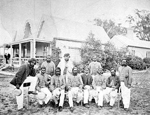Tom Wills con la squadra di cricket aborigena da lui capitanata al MCG nel dicembre 1866