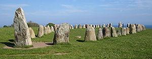 De stenen van Ale in Kåseberga, ongeveer tien kilometer ten zuidoosten van Ystad, Zweden, werden gedateerd op 600 AD met behulp van de koolstof-14-methode op organisch materiaal dat op de vindplaats werd gevonden.