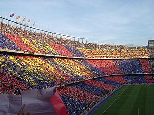 Fans van FC Barcelona tonen hun kleuren in Camp Nou.