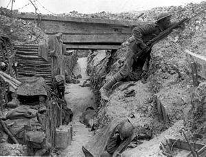 британские солдаты в захваченном немецком окопе