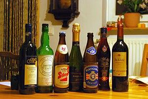 Einige alkoholische Getränke. Von links nach rechts: Rotwein, Malt Whisky, Lagerbier, Sekt, Lagerbier, Kirschlikör und Rotwein.