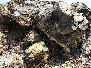 Afzetting van zwavel op een rots, veroorzaakt door vulkanische gassen die waterstofsulfide bevatten