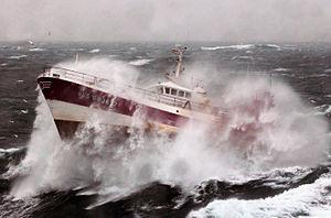 Statek rybacki na ciężkim morzu