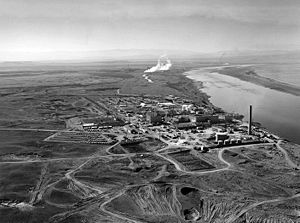 De Hanford-site vertegenwoordigt tweederde van het hoogradioactieve afval van de Verenigde Staten in volume. Kernreactoren langs de oever van de Hanford Site langs de Columbia River in januari 1960.