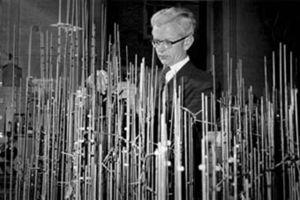 John Kendrew met model van myoglobine in wording. Copyright van het Laboratorium voor Moleculaire Biologie in Cambridge, Engeland.