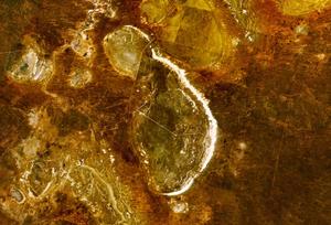 Immagini Landsat 7 del lago Mungo. La linea bianca che definisce la riva orientale del lago è la duna di sabbia, o lunetta, dove è stata trovata la maggior parte del materiale archeologico