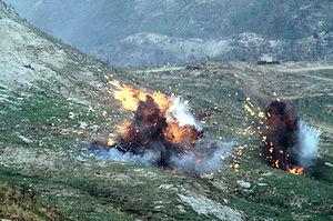 Napalm bommen ontploffen nadat ze zijn gedropt door een F-4E Phantom II vliegtuig van de Republiek Korea tijdens een live-fire oefening.