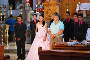 Eine Quinceañera nach der Messe