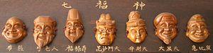 Da sinistra a destra: Hotei, Jurōjin, Fukurokuju, Bishamonten, Benzaiten, Daikokuten, Ebisu.