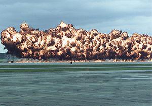 Een simulatie van een napalmexplosie op een luchtshow in 2003. In de bom zit een mix van napalm-B - f en benzine.