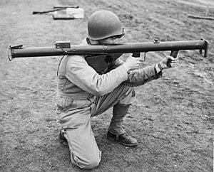 Een Amerikaanse soldaat richt een M1 Bazooka.