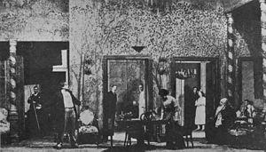 In een box set, zoals deze die gebruikt werd in een Moskouse kunsttheaterproductie van Anton Tsjechovs De kersenboomgaard uit 1904, worden drie wanden voorzien door decor op het toneel, terwijl de onzichtbare vierde wand wordt voorzien door de prosceniumboog.