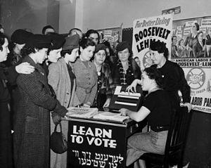 Vrouwen leren elkaar stemmen, een burgerplicht in een republiek, nadat ze dat recht in 1920 kregen
