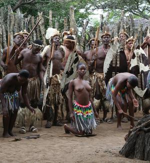 В каждой известной традиционной культуре есть виды танцев: это зулусское мероприятие.