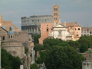 De mengeling van architectuur in Rome. Achteraan staat de enorme muur van de oude sportarena, het Colosseum. Vlakbij staat een kerktoren uit ongeveer 1100 in de Middeleeuwen. De witte voorkant van de kerk van St. Francesca is van de jaren 1600. De zuilen en de gebroken muren zijn allemaal van oude Romeinse gebouwen. Het ronde gebouw links is nu een kerk, maar was een oude tempel.