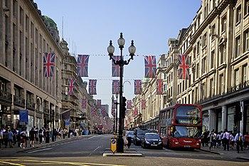 Zo zag Regent Street eruit op 25 april 2011. De Unie Vlaggen zijn omhoog ter ere van het huwelijk van Kate Middleton en Prins William.