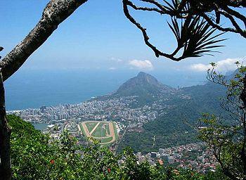 Město Rio de Janeiro při pohledu z hory Corcovado.