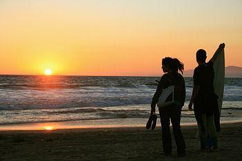 Foto van een zonsondergang op het strand in Venice, Californië.