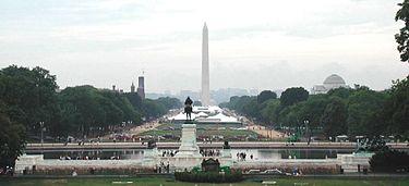 Zicht op de achterkant van het Capitool van de Verenigde Staten, naar het westen gericht over de Mall. Voor het standbeeld van het paard staat het Ulysses S. Grant Memorial. Het Washington Monument op de achtergrond.