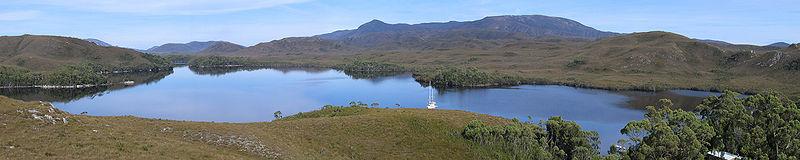 De spectaculaire en geïsoleerde Bathurst Harbour, South West Wilderness, Tasmanië, Australië
