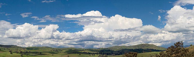 Een wolkenlandschap van gematigd-verticale cumulus over Swifts Creek, Victoria, Australië