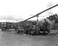 8225e Mobiel Leger Chirurgisch Ziekenhuis, Korea 1951. Let op de helikopter die gebruikt werd om de gewonden te vervoeren