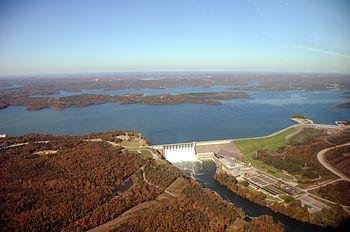 Luchtfoto van het Tafelrotsmeer met de Dam en het lager gelegen gedeelte van het meer