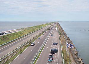 Афслуитдийк длиной 32 километра (19,9 миль) отделяет остров Эйссельмеер от Северного моря, защищая тысячи квадратных километров земли. На этом снимке Северное море представляет собой водоем с левой стороны.