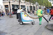 Het schoonmaken van een straat in Parijs