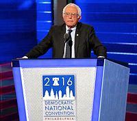 Sanders při projevu na Národním sjezdu Demokratické strany 2016 ve Filadelfii, červenec 2016