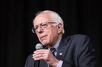 Sanders při projevu na střední škole v Des Moines, Iowa, leden 2016