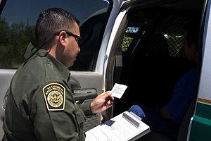 Een agent van de grenspatrouille leest de Miranda-rechten voor aan een verdachte