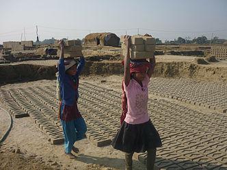 Mladé dívky pracující v cihelně