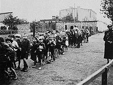 Joodse kinderen worden naar het vernietigingskamp Chełmno gestuurd...