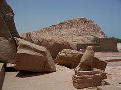 De ingestorte kolos van de Grote Tempel kan tijdens een aardbeving kort na de bouw zijn gevallen. Bij de verplaatsing van de tempel werd besloten hem te laten staan, omdat het gezicht ontbreekt.