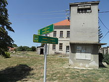 Straßenschild in Dalj, Kroatien, mit Straßennamen in Kroatisch und Serbisch