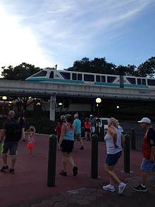 Monorail is een van de twee manieren om van de parkeerplaats naar het park te komen