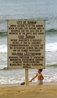 Dit strand in Zuid-Afrika was alleen voor blanken. Foto genomen in 1989 tijdens de Apartheidsperiode.