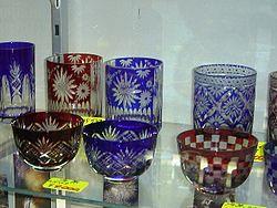 Edo-Kiriko, μια παραδοσιακή τέχνη κομμένου γυαλιού στην Asakusa, Τόκιο, Ιαπωνία. Το γυαλί έχει δύο στρώματα, ένα χρωματιστό στρώμα έξω από ένα διαφανές στρώμα.