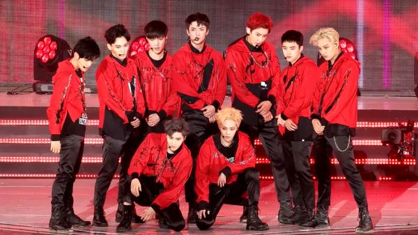 """EXO executando """"Monstro"""" em Suwon em 18 de junho de 2016."""