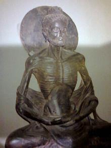 Een beroemd beeld van Boeddha na een lange vastentijd, zijn lichaam was uitgehongerd maar hij kreeg grote spirituele kennis