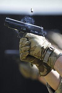 Terugslag zorgt ervoor dat het pistool terug en omhoog beweegt als het afgevuurd wordt